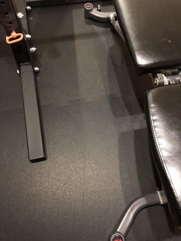 スポーツマットで貼り替えた床